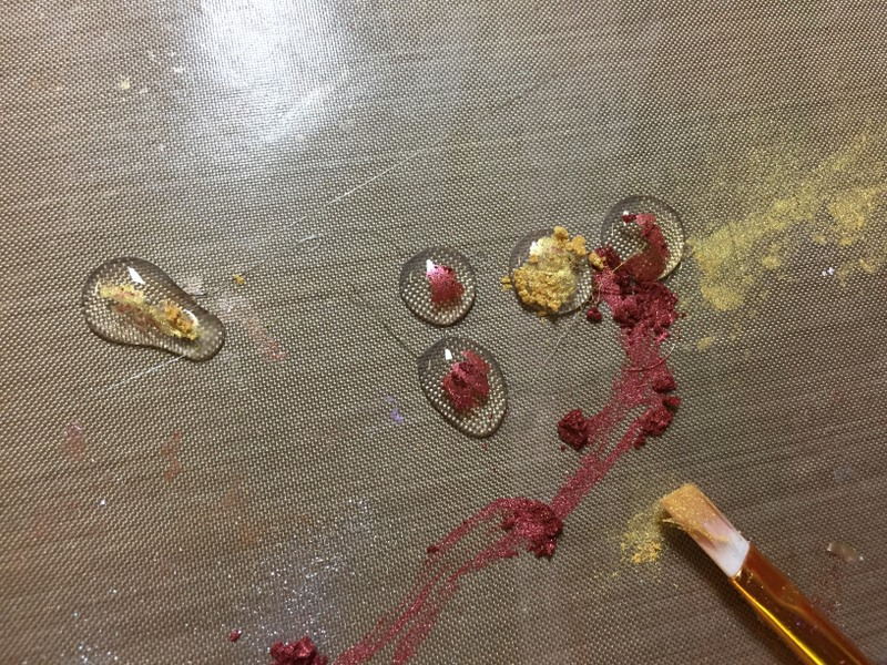 adding pigment powder to glue gun drops